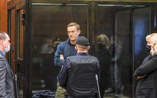 Ποινή φυλάκισης δυόμισι ετών επέβαλε δικαστήριο της Μόσχας στον ακτιβιστή της αντιπολίτευσης Αλεξέι Ναβάλνι, κρίνοντας ότι παραβίασε τους περιοριστικούς όρους προηγούμενης καταδίκης του ενόσω νοσηλευόταν στη Γερμανία ύστερα από την απόπειρα δολοφονίας του με δηλητηριασμό (φωτ. Press service of Moscow City Court / Handout via REUTERS ).