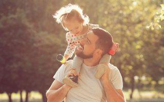 Το νομοσχέδιο θα προβλέπει 14ήμερη άδεια πατρότητας στους νέους μπαμπάδες, που σήμερα έχουν μόλις 2 ημέρες μετά τη γέννηση του παιδιού (φωτ. Shutterstock).