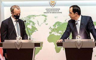O υπουργός Εξωτερικών του Ηνωμένου Βασιλείου Ντόμινικ Ράαμπ με τον ομόλογό του της Κυπριακής Δημοκρατίας Νίκο Χριστοδουλίδη, κατά τη διάρκεια κοινής συνέντευξης Τύπου, χθες, στη Λευκωσία (φωτ. EPA / IAKOVOS HATZISTAVROU / POOL).