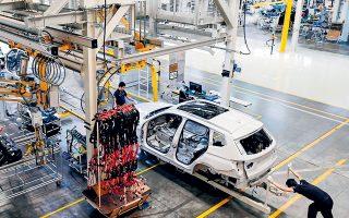 Μία από τις μεγάλες προμηθεύτριες του κλάδου των αυτοκινήτων, η γερμανική Robert Bosch, δήλωσε ότι η συνεχιζόμενη κρίση του κορωνοϊού σε συνδυασμό με την έλλειψη ημιαγωγών αναμένεται να επηρεάσει την αύξηση στην παγκόσμια παραγωγή οχημάτων φέτος (φωτ. EPA).
