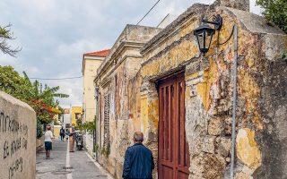 Στην οδό Αργ. Θεοχάρη, στον Αη Γιώργη Ανω, διατηρείται ατόφια η ατμόσφαιρα της παλιάς συνοικίας.