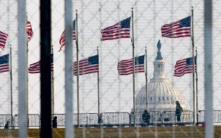Η αμερικανική πολιτική σκηνή και το διαχρονικά επίκαιρο παρασκήνιό της είναι ένα από τα θέματα του βιβλίου του Ρόμπερτ Πεν Γουόρεν (φωτ. EPA / JUSTIN LANE).