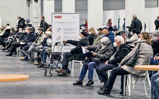 Κατά 44 ημέρες από την έναρξη των εμβολιασμών στη Γερμανία, έχουν χορηγηθεί περίπου 4 εκατομμύρια δόσεις εμβολίων, εκ των οποίων η συντριπτική πλειονότητα είναι από Pfizer/BioNTech και 200.000 από Moderna (φωτ. A.P. Photo / Martin Meissner).
