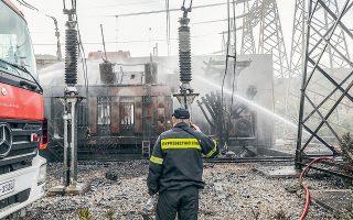 Η φωτιά στο ΚΥΤ Κουμουνδούρου ξέσπασε έπειτα από έκρηξη σε έναν από τους μετασχηματιστές της εγκατάστασης, ο οποίος σύμφωνα με μαρτυρίες πυροσβεστών είχε το μέγεθος ενός κοντέινερ και περιείχε 80 τόνους λάδι που χρησιμοποιείται από το σύστημα ψύξης (φωτ. INTIME NEWS).