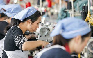 Πενήντα εργοστάσια, που ρωτήθηκαν σχετικά από τον Σύνδεσμο Κατασκευαστών και Εξαγωγέων Ενδυμάτων του Μπανγκλαντές, είπαν πως έλαβαν 30% λιγότερες παραγγελίες από το συνηθισμένο αυτή την περίοδο (φωτ. SHUTTERSTOCK).
