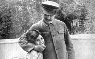 Η Σβετλάνα και ο πατέρας της. Το 1942 θα της πει μια κουβέντα που θα ισοδυναμεί με αυτό που σήμερα είναι γνωστό ως «σταλινική θηριωδία».