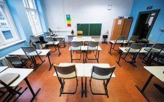 Στη Γερμανία τα σχολεία είχαν μείνει μέχρι προσφάτως ανοικτά, με αυστηρούς κανόνες, αλλά και αυτό όχι σε όλα τα κρατίδια. Στη Θουριγγία, οι μαθητές θα συμπληρώσουν πέντε μήνες εξ αποστάσεως εκπαίδευσης (φωτ. Christophe Gateau/dpa via A.P.).