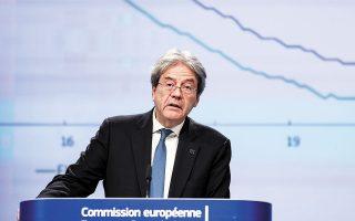 O επίτροπος Οικονομίας, Πάολο Τζεντιλόνι, παρουσιάζοντας τις προβλέψεις της Κομισιόν, τόνισε ότι τα νέα περιοριστικά μέτρα που επιβλήθηκαν από το περασμένο φθινόπωρο έχουν επηρεάσει μεν αρνητικά την οικονομική δραστηριότητα, «αλλά σε πολύ μικρότερο βαθμό σε σύγκριση με την περασμένη άνοιξη» (φωτ. REUTERS).