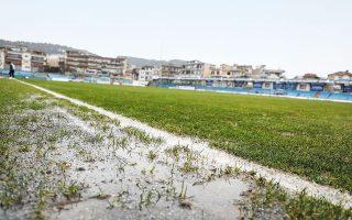 Η καταρρακτώδης βροχή είχε μετατρέψει τον αγωνιστικό χώρο των «Ζωσιμάδων» σε βούρκο και ειδικά στην πλευρά των πάγκων, η λάσπη ήταν πολύ επικίνδυνη για τη σωματική ακεραιότητα των ποδοσφαιριστών (φωτ. INTIME NEWS).