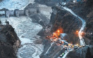 To κινούμενο υγρό «τείχος» που κατέβηκε τον ποταμό Ρισιγκάνγκα στην Ινδία παρέσυρε ανθρώπους, σπίτια και δύο υδροηλεκτρικές εγκαταστάσεις. (Φωτ. A.P. PHOTO)