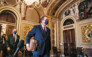 Ο Μπρους Λ. Κάστορ Τζούνιορ, ένας εκ των δικηγόρων του Ντόναλντ Τραμπ, εγκωμίασε την αγόρευση των Δημοκρατικών εισαγγελέων, προκαλώντας την οργή του τέως προέδρου. (Φωτ. EPA / BRANDON BELL )