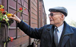 Κυριακή 14 Μαρτίου 1943, ο Χάιντς Κούνιο επιβιβάστηκε στο «τρένο του θανάτου» για το Αουσβιτς. Εκεί, επτά φορές έφτασε μπροστά στην πύλη του κρεματορίου, αλλά πάντα κάποιο θαύμα, όπως λέει, τον κρατούσε «στην πλευρά της ζωής»... (Φωτ. ΑΛΕΞΑΝΔΡΟΣ ΑΒΡΑΜΙΔΗΣ)