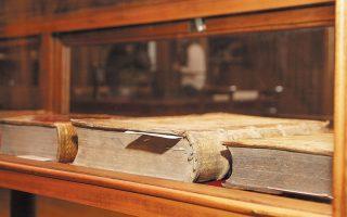 Στην Αίθουσα των Πολυτίμων φυλάσσονται ορισμένα από τα πιο «πολύτιμα και σπάνια» τεκμήρια της Βιβλιοθήκης.