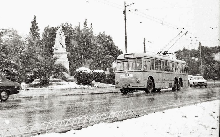Χιόνι στην Αθήνα: όταν «τα δουλικά εκσφενδόνιζαν χιονόσφαιρες στους διαβάτες»