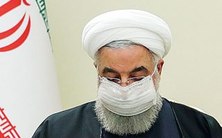 Ο Ιρανός πρόεδρος Χασάν Ροχανί διαβάζει ένα σημείωμα του υπουργού Εξωτερικών του Κατάρ, Αλ Θάνι (φωτ. EPA).