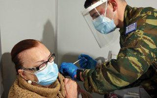 Το ιατρικό προσωπικό στο εμβολιαστικό κέντρο είναι του Στρατού (φωτ. ΑΠΕ-ΜΠΕ / ΟΡΕΣΤΗΣ ΠΑΝΑΓΙΩΤΟΥ).