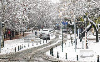 Χειμωνιάτικο σκηνικό από χθες στο Μαρούσι , που «ντύθηκε» στα λευκά μετά την έντονη χιονόπτωση (φωτ. ΑΠΕ- ΜΠΕ / ΑΛΕΞΑΝΔΡΟΣ ΒΛΑΧΟΣ).