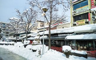 Πυκνό χιόνι στο κέντρο της Καρδίτσας (φωτ. ΑΠΕ- ΜΠΕ / ΓΙΩΡΓΟΣ ΠΡΙΟΝΑΣ).
