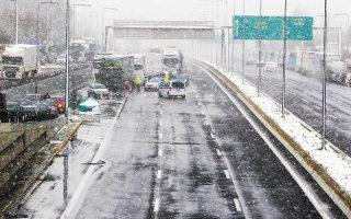 Εκτροπή κυκλοφορίας των οχημάτων στον κόμβο Καλυφτάκη, χθες, λόγω διακοπής της στην εθνική οδό προς Λαμία (φωτ. ΑΠΕ- ΜΠΕ / ΑΛΕΞΑΝΔΡΟΣ ΒΛΑΧΟΣ).
