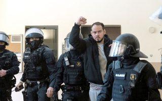 O ράπερ Πάμπλο Χασέλ κατά τη σύλληψή του στο Πανεπιστήμιο της Γεΐδα. Ο Χασέλ έχει καταδικαστεί σε εννεάμηνη φυλάκιση για τα αδικήματα του εγκωμιασμού τρομοκρατικών ενεργειών και της προσβολής του βασιλιά (φωτ. REUTERS).