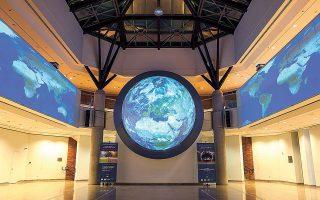 Στον ημισφαιρικό θόλο-οθόνη με τη μορφή περιστρεφόμενου πλανήτη, διαμέτρου 5 μ., προβάλλονται βίντεο από το «Science on a Sphere» (φωτ. ΓΙΑΝΝΗΣ ΣΚΟΥΛΑΣ).