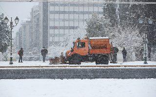 Εκχιονιστικό στην καρδιά της Αθήνας, στην πλατεία Συντάγματος (φωτ. A.P. Photo / Thanassis Stavrakis).