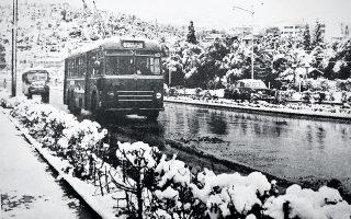 Οι χιονοπτώσεις ήταν ανέκαθεν για τους Αθηναίους πηγή χαράς, όπως το μαρτυρούν τα φωτορεπορτάζ από το κέντρο της Αθήνας των δεκαετιών του '50 ή του '60, ή ακόμη και μια ημερολογιακή καταγραφή από τον βαρύ χειμώνα του 1942.