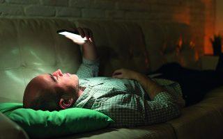 Εάν κάποιος σαν τον Τέλλο Αγρα είχε κινητό που φώτιζε μέσα στη νύχτα, η αϋπνία για την οποία μιλάει, ίσως να είχε άλλες συνέπειες από αυτές που αναφέρει... Φωτ. SHUTTERSTOCK