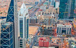 Το αραβικό βασίλειο διαθέτει μια τεράστια αγορά καταναλωτών, τριπλάσια σε μέγεθος από εκείνη των Ηνωμένων Αραβικών Εμιράτων, ενώ σχεδιάζει μνημειώδους μεγέθους επενδύσεις σε ακίνητα και σε μεγάλες εργολαβίες αξίας πολλών δισεκατομμυρίων δολαρίων (φωτ. Shutterstock).