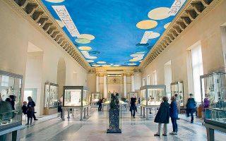 Η «Salle des Bronzes» του Λούβρου φιλοξενεί αρχαιοελληνικά μπρούντζινα γλυπτά, τα οποία «επιβλέπει» η γαλάζια οροφή που φιλοτέχνησε ο ζωγράφος Σάι Τουόμπλι. Πρόσφατες αισθητικές επεμβάσεις στην αίθουσα, όμως, προκάλεσαν την αντίδραση του ιδρύματος που διαχειρίζεται την κληρονομιά του καλλιτέχνη.