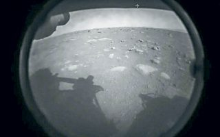 Η επιφάνεια του Αρη, στην πρώτη φωτογραφία που έστειλε το διαστημικό όχημα «Perseverance» της NASA μετά την προσεδάφισή του στον Κόκκινο Πλανήτη χθες το βράδυ. Τα δείγματα που θα συλλέξει σχεδιάζεται να επιστρέψουν στη Γη με μελλοντική αποστολή (φωτ. NASA).