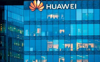 Oι πωλήσεις κινητών τηλεφώνων της Huawei ελαττώθηκαν δραστικά κατά 42% το τέταρτο τρίμηνο του 2020, ενώ η κινεζική εταιρεία έχει αποκλειστεί από τους διαγωνισμούς ανάπτυξης των δικτύων πέμπτης γενιάς από πολλές ευρωπαϊκές χώρες (φωτ. Reuters).