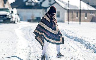 Τεξανός βαδίζει σε μια γειτονιά χωρίς ρεύμα, στο Φλούγκερβιλ (φωτ. REUTERS).