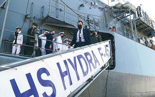 Ο υπουργός Εθνικής Αμυνας Ν. Παναγιωτόπουλος και ο αρχηγός ΓΕΕΘΑ Κων. Φλώρος βρέθηκαν στο Αμπου Ντάμπι, όπου ναυλοχεί τις τελευταίες ημέρες η φρεγάτα «Υδρα» του Πολεμικού Ναυτικού (φωτ. ΥΠΕΘΑ).