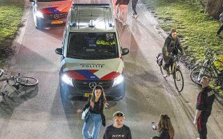 H Αστυνομία διαλύει ένα πάρτι με συμμετοχή εκατοντάδων νέων σε πάρκο του Αμστερνταμ. Στη χώρα κατεγράφη έξαρση των κρουσμάτων κατά 19%. (Φωτ. EPA)