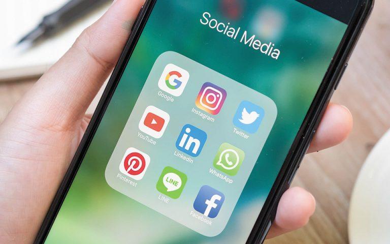 Τα social media έχουν επιδοκιμαστεί σαν τη φωτιά που έδωσε ο Προμηθέας στους ανθρώπους, στερώντας από τους «θεούς» της ενημέρωσης και των θεσμών πολιτικής και κοινωνικής ισχύος την εξουσία να ορίζουν την αλήθεια και το ψέμα, το σωστό και το λάθος, το δίκαιο και το άδικο. (Φωτ. SHUTTERSTOCK)