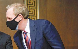 O πρόεδρος της Microsoft, Μπραντ Σμιθ, λίγο πριν από την κατάθεσή του στην επιτροπή Μυστικών Υπηρεσιών της Γερουσίας για την κυβερνοεπίθεση. (Φωτ. A.P.)