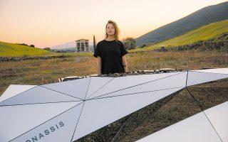 Η 28χρονη dj της techno Σαρλότ ντε Βίτε βρέθηκε στην αρχαία Μεσσήνη για ένα set που θα μεταδοθεί σήμερα βιντεοσκοπημένο.