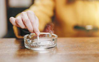 Καπνιστές, καθημερινά και περιστασιακά, δηλώνουν το 36% των ανδρών και το 21,8% των γυναικών. (Φωτ. SHUTTERSTOCK)