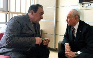 O ηγέτης του ακροδεξιού κόμματος Εθνικιστικής Δράσης (MHP) Ντεβλέτ Μπαχτσελί (δεξιά), κυβερνητικός σύμμαχος του Ταγίπ Ερντογάν, συζητεί με τον διαβόητο μαφιόζο και δολοφόνο Αλατίν Τσακιτσί.