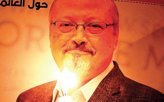 Διαδηλωτής φωτίζει με κερί πόστερ που εικονίζει τον Κασόγκι. (Φωτ. REUTERS)