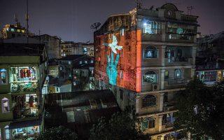 Ο χαιρετισμός με τα τρία υψωμένα δάχτυλα, σύμβολο απείθειας που καθιερώθηκε από την ταινία «The Hunger Games», εμφανίζεται κάθε βράδυ ως φωτεινό γκράφιτι σε διάφορες πόλεις της Μιανμάρ μετά το στρατιωτικό πραξικόπημα. (Φωτ. The New York Times)