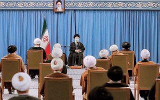 Ο ανώτατος ηγέτης του Ιράν αγιατολάχ Αλί Χαμενεΐ (φωτ.) απείλησε την εβδομάδα που μας πέρασε ότι ο εμπλουτισμός ουρανίου θα μπορούσε να αυξηθεί όχι στα όρια του 20%, που ήταν προ της συμφωνίας, αλλά ακόμη και 60%. (Φωτ. ΕΡΑ)