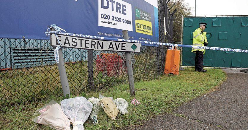 Λίγα λουλούδια στο σημείο όπου βρέθηκε το κοντέινερ με τις σορούς 39 Βιετναμέζων, στο Εσεξ, στις 23 Οκτωβρίου του 2019. Οι Βρετανοί υποπτεύονταν ότι υπήρχε σύνδεση με το κύκλωμα της Αθήνας. (Φωτ. Stefan Rousseau, PA via A.P.)