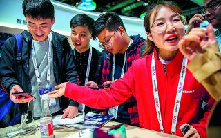 H Huawei προσπαθεί να συνεχίσει τις δραστηριότητές της στα ηλεκτρονικά είδη ευρείας κατανάλωσης μετά τις κυρώσεις Τραμπ και τη διακοπή πρόσβασης σε ζωτικά εξαρτήματα, όπως είναι οι ημιαγωγοί. Φωτ. AP