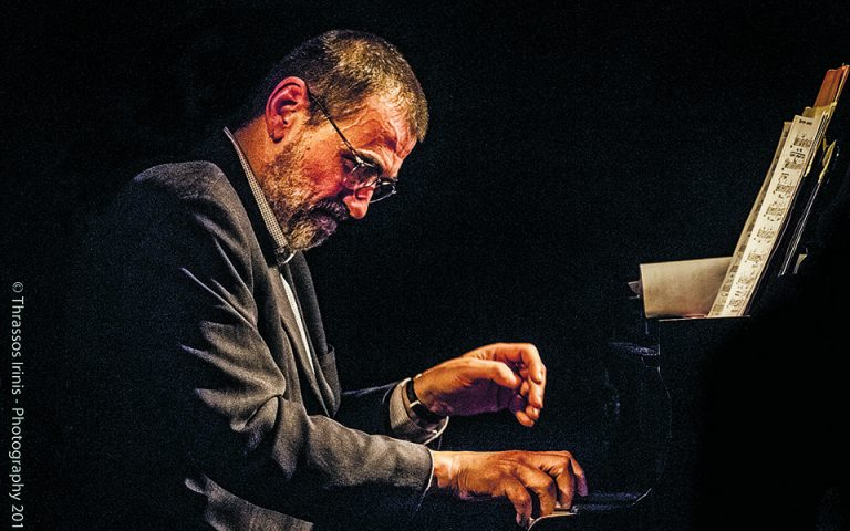 «Ζητούμενο σε μια διασκευή είναι να παίξεις το κομμάτι με τον δικό σου τρόπο. Δεν θέλω να το ακούει κάποιος και να μην καταλαβαίνει ποιο είναι», λέει ο Γιώργος Κοντραφούρης. Φωτ. Thrassos Irinis