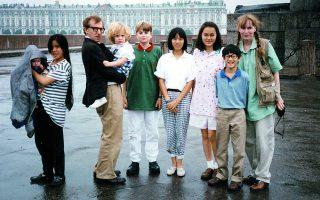 Η πολυμελής οικογένεια Φάροου μαζί με τον Γούντι Αλεν. Ο τελευταίος περνούσε πολύ χρόνο με τα δύο μικρότερα παιδιά, την Ντίλαν και τον Ρόναν.