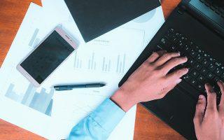 Οι δηλώσεις απόδοσης ΑΦΜ / μεταβολής στοιχείων και έναρξης / μεταβολής και διακοπής επιχειρηματικής δραστηριότητας συμπληρώνονται και αποστέλλονται από τον φορολογούμενο ή τον νόμιμο εκπρόσωπο με μήνυμα ηλεκτρονικού ταχυδρομείου ή με συστημένη επιστολή στην αρμόδια ΔΟΥ. Φωτ. SHUTTERSTOCK