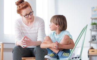 Βασική προϋπόθεση ώστε να γίνει οποιαδήποτε συζήτηση για το ανθρώπινο σώμα που δεν θα κάνει το παιδί να ντραπεί είναι να υπάρχει καλή σχέση με τους γονείς. (Φωτ. SHUTTERSTOCK)