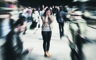 «Γυναίκες και άνδρες είναι το ίδιο εκτεθειμένοι στην πιθανότητα να βιώσουν μια κρίση πανικού κάποια στιγμή στη διάρκεια της ζωής τους. Οι πρώτες κρίσεις εμφανίζονται συνήθως στο τέλος της εφηβείας». Φωτ. SHUTTERSTOCK